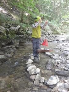 Wir lassen unsere selbstgebauten Floße im Diesselbach schwimmen